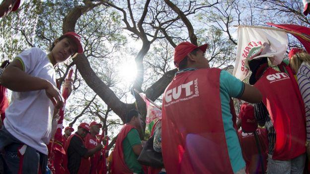 Integrantes da CUT em protesto
