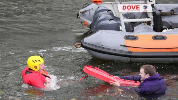 Príncipe William en el agua en un simulacro de salvamento de la Institución Real de Salvavidas de Inglaterra.