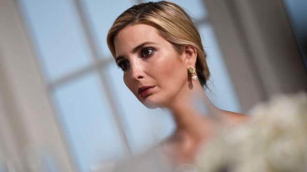 Ivanka Trump'ın da Beyaz Saray'da 'danışman' kimliğinden önce çalışanlara Trump'ın kızı olduğunu hatırlattığı iddia ediliyor.