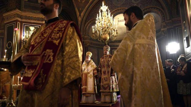 Священник Иоанн (Реннето) еще в чине архиепископа Хариупольского (на заднем плане слева) вместе с епископом РПЦ Нестором (Сиротенко)