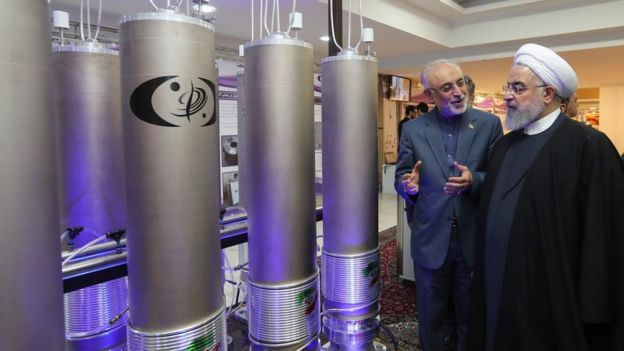 Rais wa Iran Hassan Rouhani akikagua teknolojia ya kinyuklia mjini Tehran tarehe (9 April 2019)