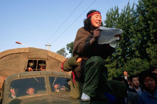 Protes di atas mobil tentara