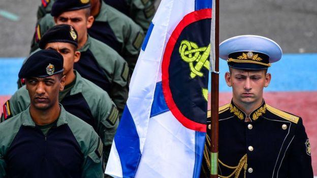Soldado ruso junto a soldados venezolanos