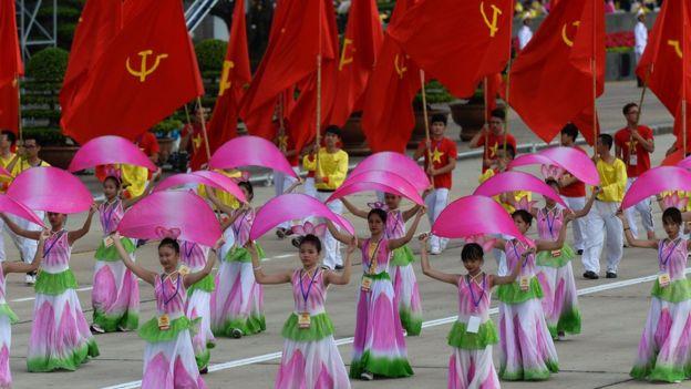 Diễu hành với cờ Đảng Cộng sản