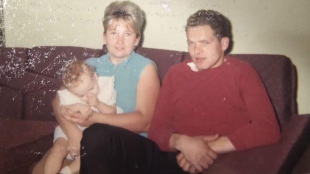 Dawn Johnson y sus padres biológicos