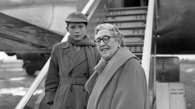 Mathew Prichard gyda'i famgu, Agatha Christie ym Maes Awyr Llundain