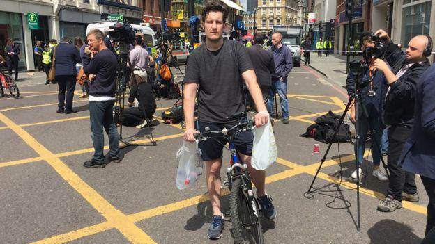 Paul Ashworth con bicicleta y agua