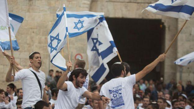 Un grupo de jóvenes se manifiesta en Jerusalén en vísperas de la apertura de la embajada de EE.UU. en Jerusalén.