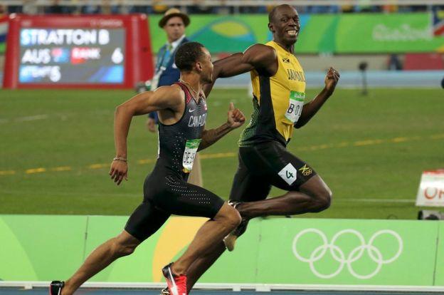 USain Bolt sonríe antes de llegar a la meta