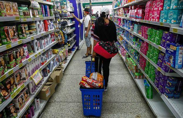 Dos personas hacen la compra en un supermercado de Cúcuta, Colombia.