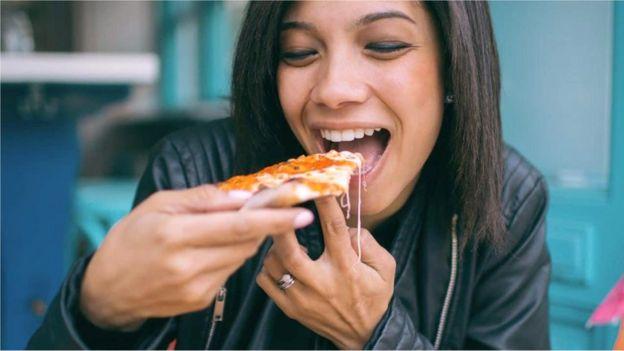 Comendo pizza