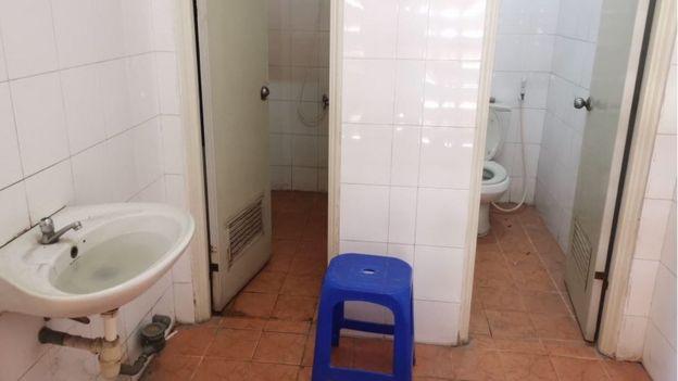 Nhà vệ sinh dơ bẩn, tù đọng