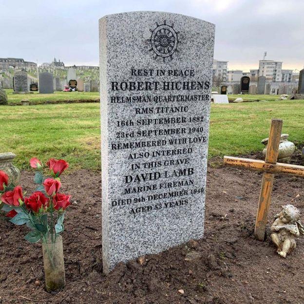 Mémorial en l'honneur de Robert Hichens [Ecosse] _110234075_titanicgrave976976