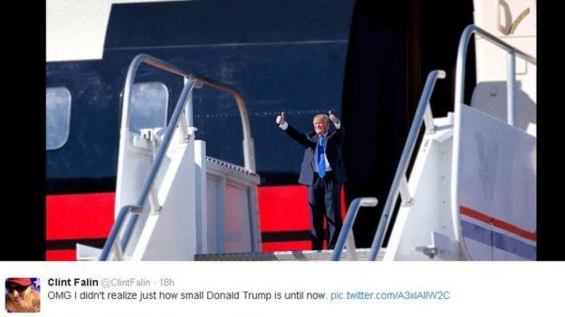经电脑修改的图片,被缩小的特朗普站在飞机舱门外