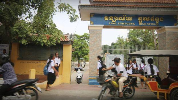 Không có giấy khai sinh, nhiều trẻ gốc Việt chỉ có thể được phép học đến cấp I. Những trường trung học này ngoài tầm với của các em.