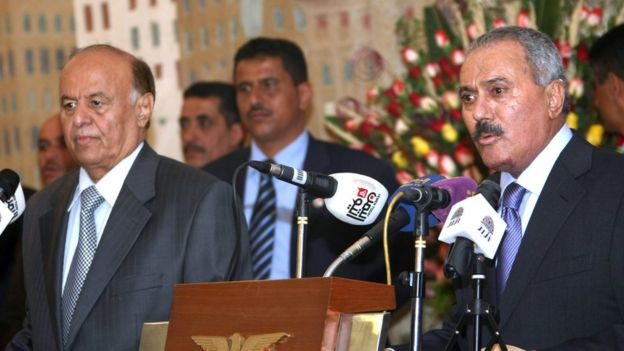Abdrabbuh Mansour Hadi (L) and Ali Abdullah Saleh (R) address a ceremony at the presidential palace in Sanaa, Yemen (27 February 2012)