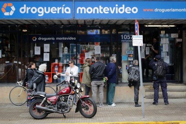Personas en una fila en Montevideo
