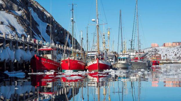 Barcos de pesca na Groenlândia