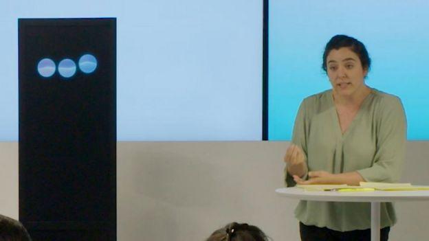 Imagen del debate entre la computadora de IBM y la ponente Noa Ovadia.