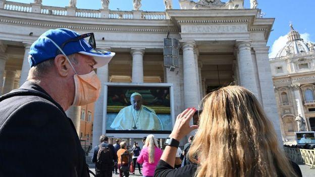 Paus Fransiskus menyampaikan khotbah melalui siarang langsung di layar lebar di Vatikan.