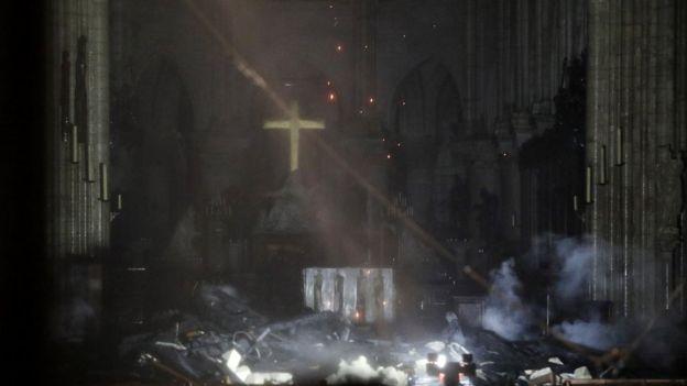 Interior de Notre Dame afectado por el fuego
