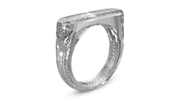 Un anillo hecho completamente de diamante