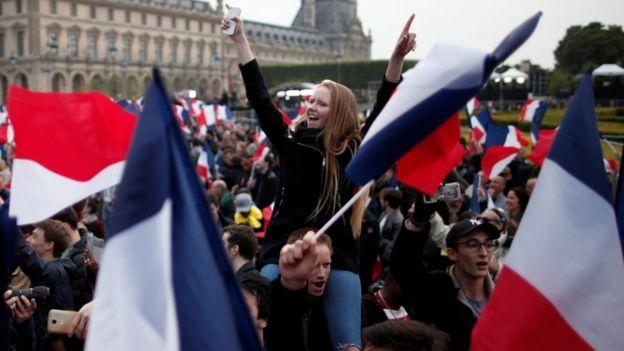 Wafuasi wa Macron wakisherehekea nje ya Louvre, Paris