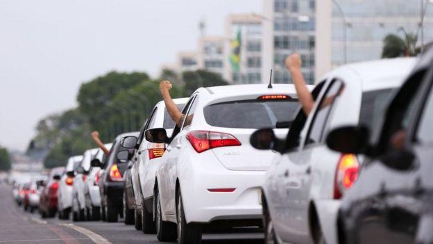 Motoristas de aplicativos fazem buzinaço em frente ao Congresso Nacional em 2017, em protesto contra projeto que regulamentaria aplicativos de transporte privado