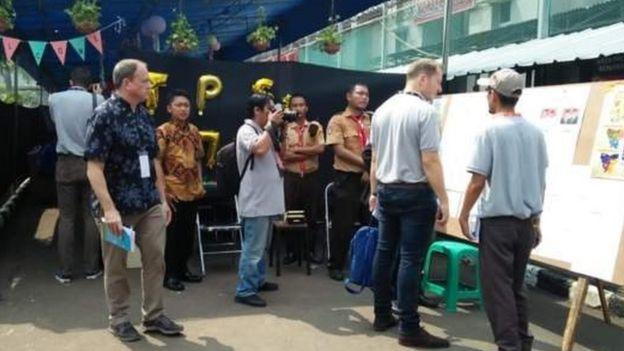 Pemantau pemilu internasional mengunjungi sejumlah TPS.
