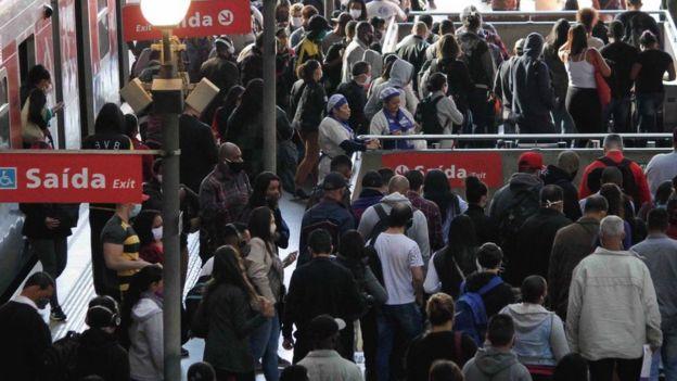 Несмотря на карантин, в Сан-Паулу многие продолжают пользоваться общественным транспортом