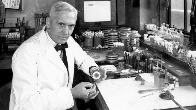 Alexander Fleming em seu laboratório