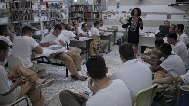 Elisande Quintino em oficina no presídio de Hortolândia