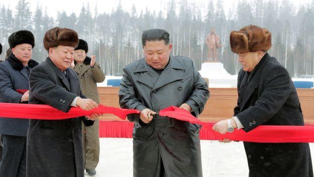 Kim Jong Un corta la cinta roja en la inauguración de Samjiyon