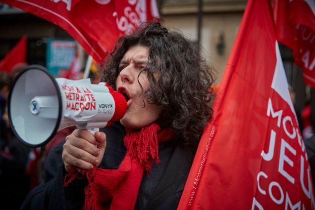 Joven en la huelga en París