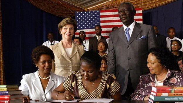 Elizabeth Ohene (au milieu), ministre chargée de l'Enseignement supérieur, lors de la visite au Gnana de la Première Dame des Etats-Unis, Laura Bush, 17 janvier 2006, à Accra. Debout, le président John Kuffuor.