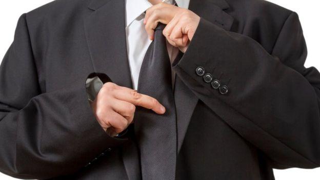 Hombre arreglándose la corbata