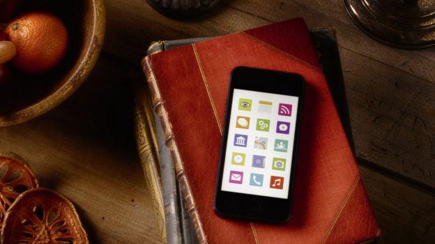 libro y teléfono móvil