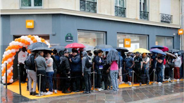 2018年5月,小米在巴黎開了第一家小米專賣店,顧客在店外排隊等候入場。