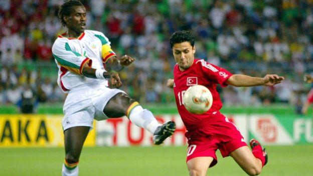 L'ancien capitaine des Lions Aliou Cissé, ici en 2002 contre la Turquie.