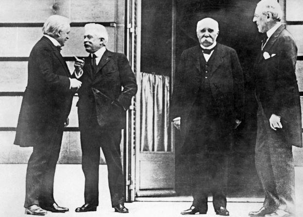 英國首相勞埃德·喬治(左一)、意大利總統維托裏奧·奧蘭多(左二)、法國總統喬治·克萊門梭(右二)和美國總統伍德羅·威爾森(右)主導了巴黎和會及其談判議程。