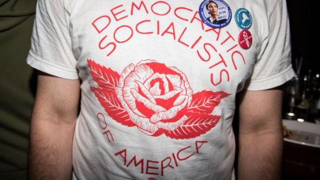 Homem com camiseta da DSA