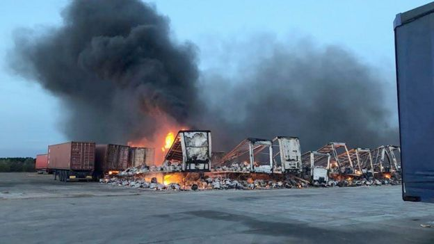 Peterborough fire: Trailers in blaze at Whirlpool HQ - BBC News