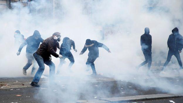 경찰은 최루 가스를 발사했다