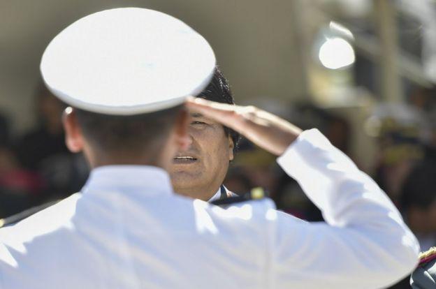 Soldado saluda a Evo Morales