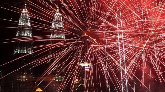مالزی: آتش بازی خیره کننده در نزدیکی برج های معروف کوالالامپور