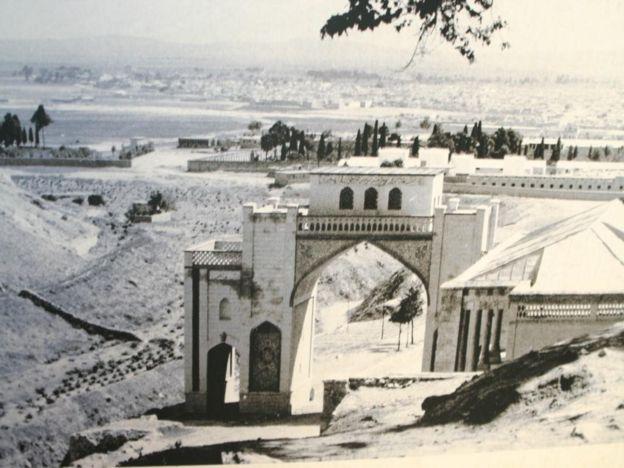 عکسی قدیمی از دروازه قرآن و دره کنارش