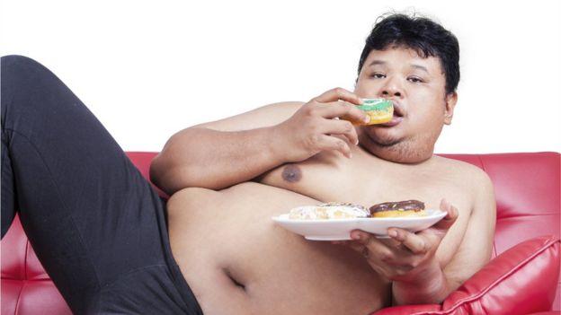 Homem comendo doce
