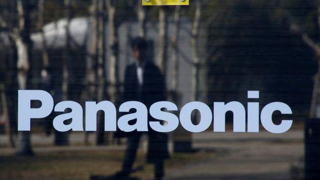 Reflejo de un hombre ne ka sede de Panasonic en Tokyo
