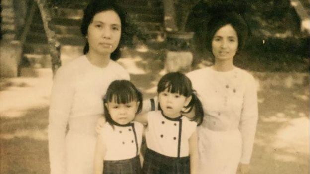Cô bé Jenny Đỗ và thân mẫu (cùng đứng bên phải)