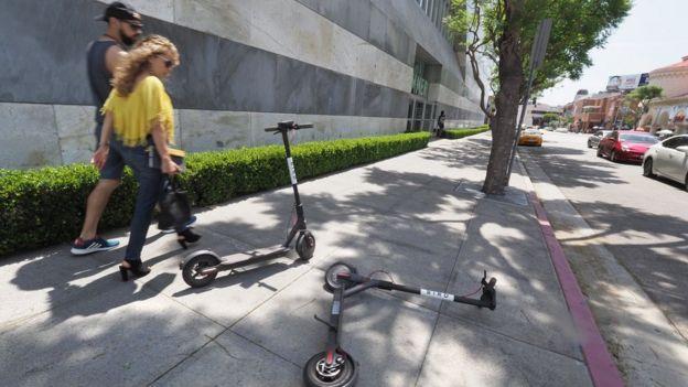 Peatones y monopatines en California.
